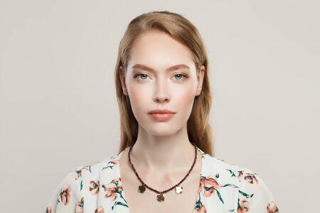 Schmuckmodellportrait. Schöne Frau in Modehalskette mit Granat- und Goldperlen auf weißem Hintergrund