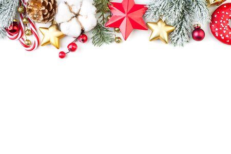 Borde de Navidad o banner con estrellas, rama de abeto, bayas de acebo y adornos aislados sobre fondo blanco.