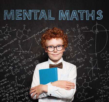 Neugieriges Kind auf Schultafelhintergrund. Mentale Mathematik und Frühentwicklungskonzept