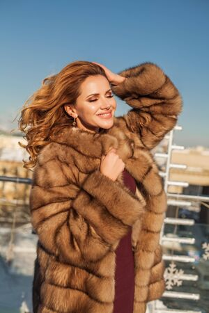 Junge perfekte Winterfrau, Outdoor-Porträt Standard-Bild