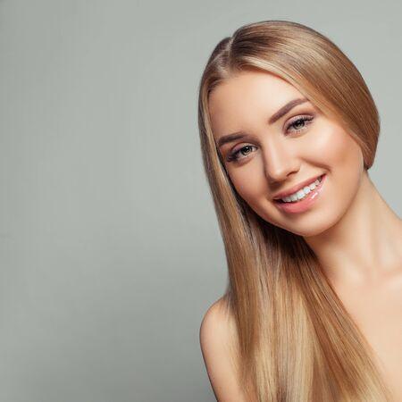 Femme modèle blonde heureuse avec de longs cheveux blonds en bonne santé