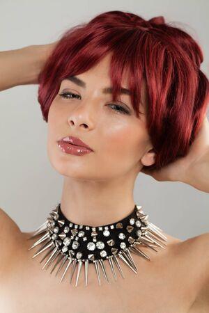Mujer sexy con corte de pelo corto