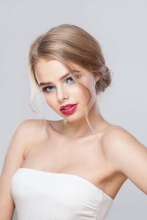 Mujer de moda sobre fondo de pared blanca