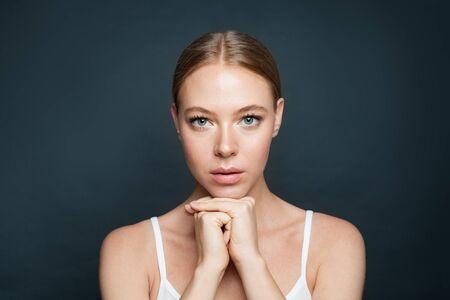 Perfekte Frau mit klarer Haut auf grauem Hintergrund Standard-Bild