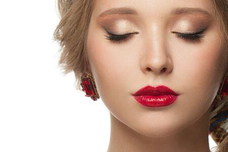 Beau visage féminin bouchent portrait isolé. Yeux fermés, fard à paupières beige et lèvres rouges