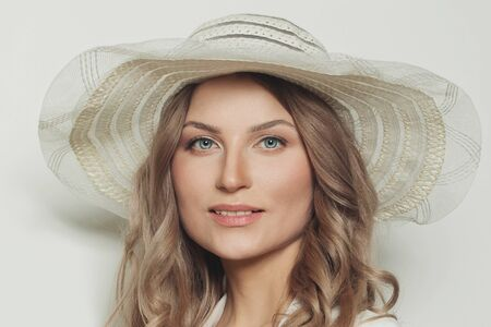 Perfect blonde woman in summer hat, close up portrait Stockfoto