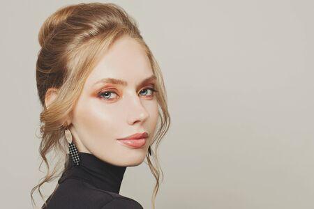 Femme blonde glorieuse avec portrait de coiffure chignon