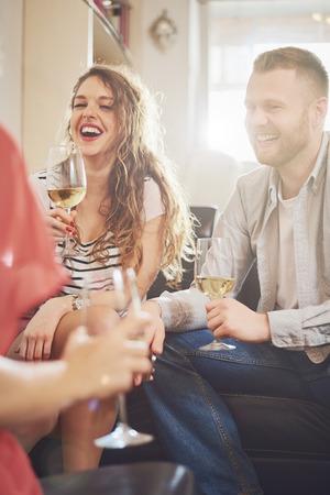 Amici tifo con vino alla festa in casa.