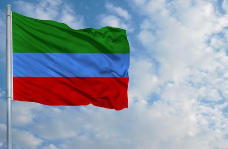 Bandera nacional de Daguestán en un asta en frente del cielo azul.
