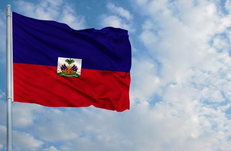 Nationale vlag van Haïti op een vlaggestok voor blauwe hemel.