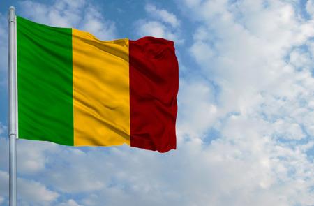 Nationale vlag van Mali op een vlaggestok voor blauwe hemel.