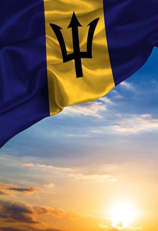 Grunge kleurrijke vlag Barbados, met copyspace voor uw tekst of afbeeldingen tegen de achtergrond van de avondrood