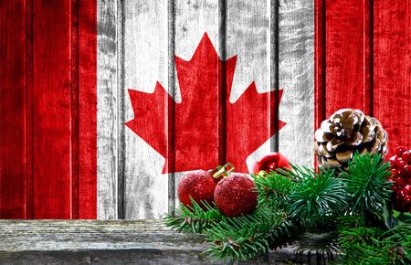 캐나다의 국기와 함께 나무 크리스마스 배경입니다. 사진에 텍스트를위한 장소가 있습니다. 스톡 콘텐츠