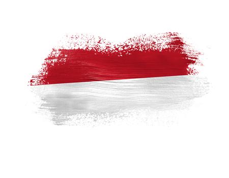 Drapeau peint au pinceau de l'Indonésie isolé sur fond blanc.