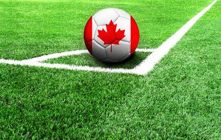 Fußball auf einer grünen Wiese, Flagge von Kanada Standard-Bild