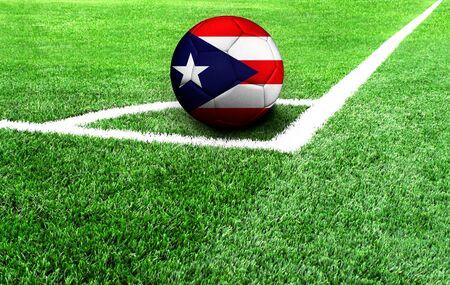 Fußball auf einer grünen Wiese, Flagge von Puerto Rico Standard-Bild