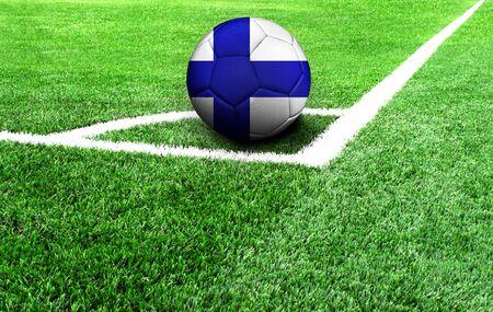 Fußball auf einer grünen Wiese, Flagge von Finnland