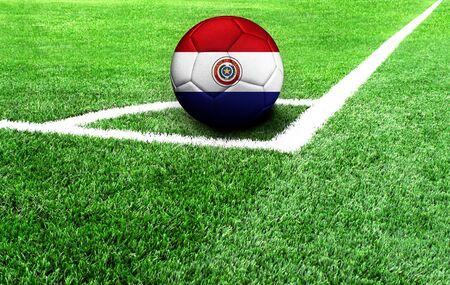 Fußball auf einer grünen Wiese, Flagge von Paraguay