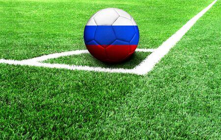 Fußball auf einer grünen Wiese, Flagge Russlands Standard-Bild