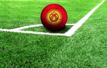 Fußball auf einer grünen Wiese, Flagge von Kirgisistan
