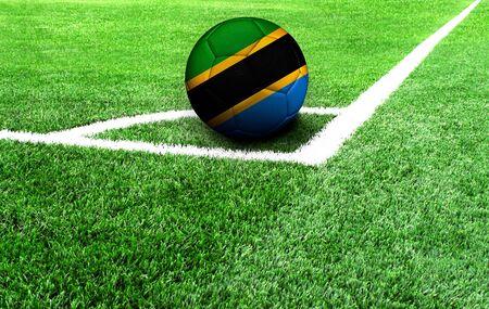 Fußball auf einer grünen Wiese, Flagge von Tansania Standard-Bild