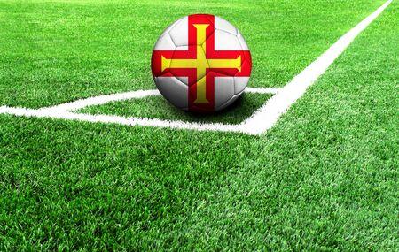 Fußball auf der grünen Wiese, Flagge von Guernsey Standard-Bild