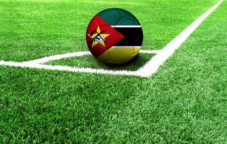 Fußball auf der grünen Wiese, Flagge von Mosambik Standard-Bild