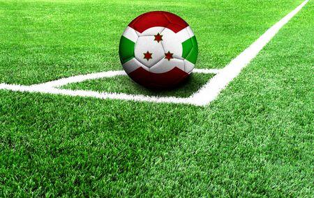 Fußball auf einer grünen Wiese, Flagge von Burundi Standard-Bild