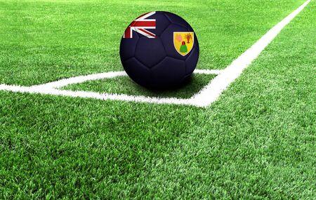Balón de fútbol en un campo verde, bandera de las Islas Turcas y Caicos