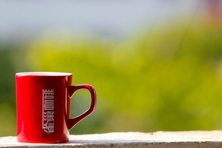 tarde de cafe: Red coffee cup on the window sill Editorial