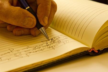 hombre escribiendo: Diario Foto de archivo