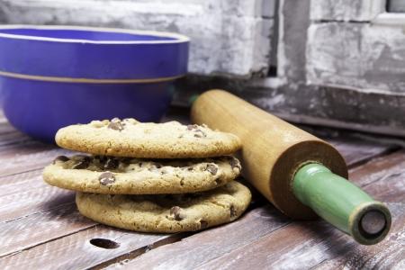 Chocolate chip cookies met een deegroller en kom Stockfoto
