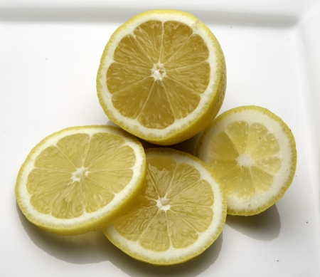 Un citron qui a été partiellement tranché Banque d'images - 18937299