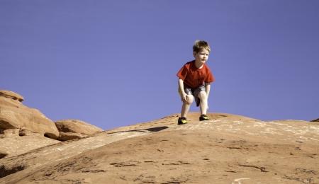 Garçon sur le rocher Banque d'images - 20442814