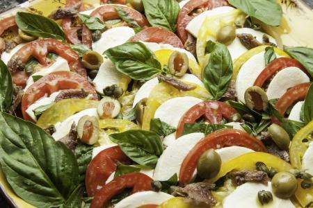 モッツァレラチーズ、オリーブ、バジルとフレッシュ トマトの庭