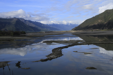 Lakes of Linzhi 版權商用圖片 - 83594625