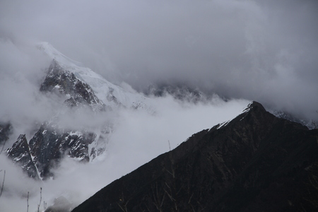Les montagnes enneigées Banque d'images - 83594623