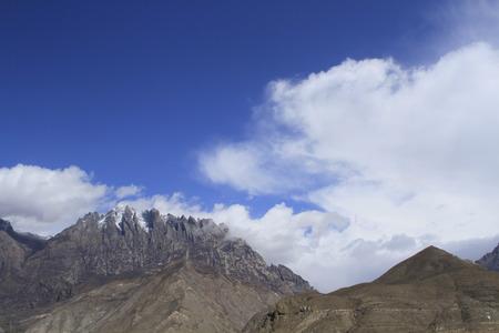 Montagne innevate di Linzhi Archivio Fotografico - 83594747