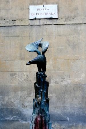 metal sculpture: Scultura in metallo di un'aquila a Siena, Italia Archivio Fotografico