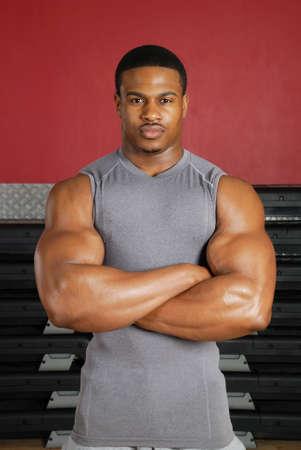 Se trata de una imagen de un hombre musculoso en el gimnasio. Foto de archivo