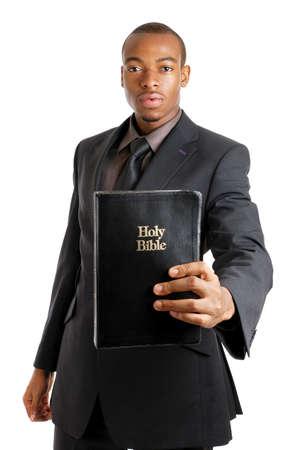 predicador: Se trata de una imagen de un hombre sosteniendo una Biblia que muestra el compromiso.