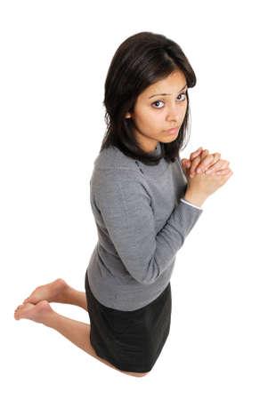 Dies ist ein Bild der Frau kniend tun Gebet Geste
