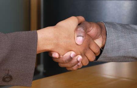 pacto: Se trata de una imagen de apret�n de manos hombre y mujer en una recepci�n de negocios.