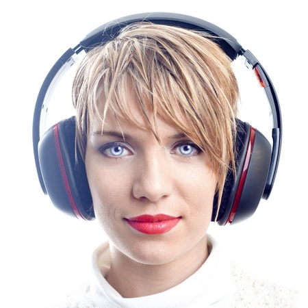 listening to music: Atractiva chica con auriculares
