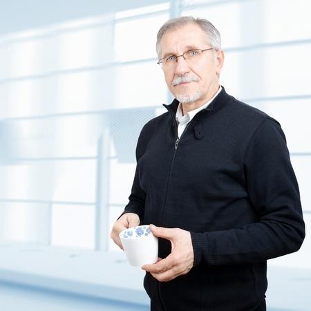 jubilados: Hombre de negocios senior tener un descanso