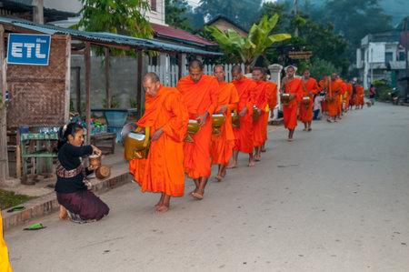 徳のバット朝施し Luang Prabang で - ラオス