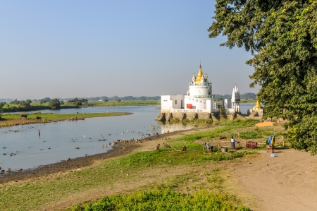 th�?¨: Pagoda en Tuang Tha Nan Inn Lake - Amarapura Foto de archivo