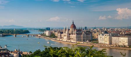 ブダペストのドナウ川と国会議事堂でブダ側からパノラマ ビュー 写真素材
