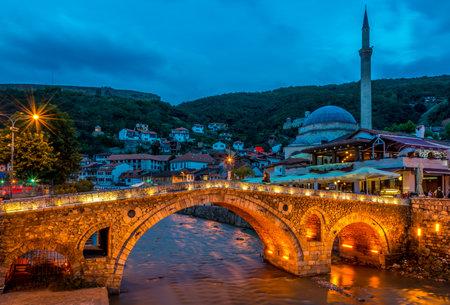 プリズレン、コソボ - 7 月 27,2014 - プリズレン プリズレンの古い石造りの橋の夕景はコソボに位置する歴史的な都市