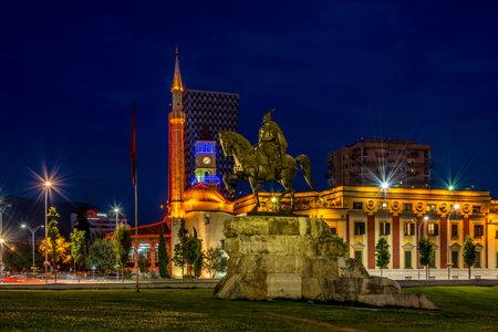 Avond uitzicht op het Skanderbeg-plein in Tirana